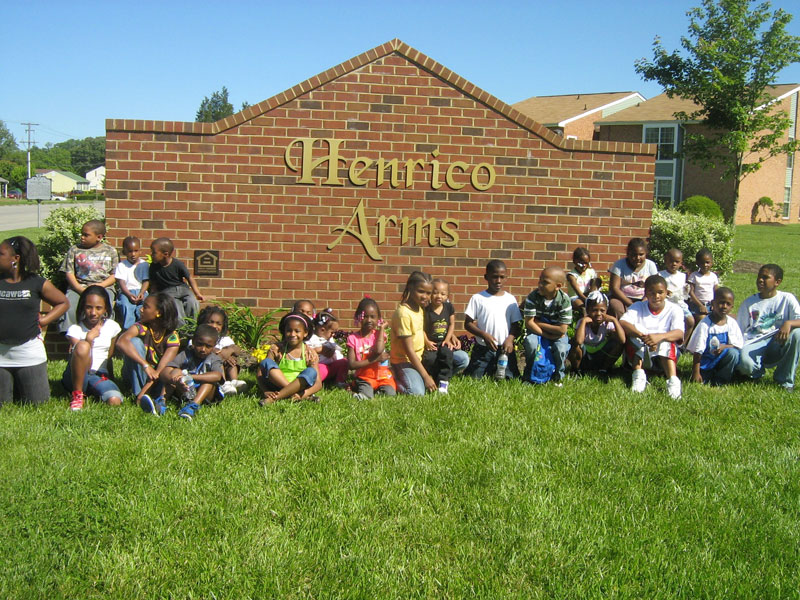 Henrico-Arms-Sign-with-children
